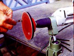 Stationäres Schleifen eines Bohrers mit der Bohrmaschine