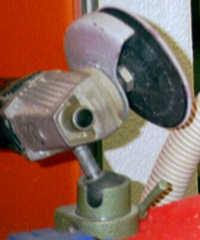 Verwendung des Kaindl Gummi-Stützteller mit Kletts zum stationären Arbeiten mit dem Einhand-Winkelschleifer