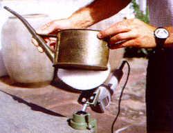 Polieren einer Messing-Gießkannne