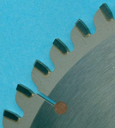 Detailaufnahme des H.O. Schumacher+Sohn Hartmetallbestückten Kreissägeblatts COMBI