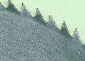Die Spitzzähne eines Chrom-Vanadium-Kreissägeblatts
