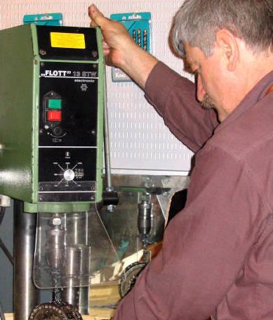 Bohren in ein Walzenlager an einer stationären Bohrmaschine