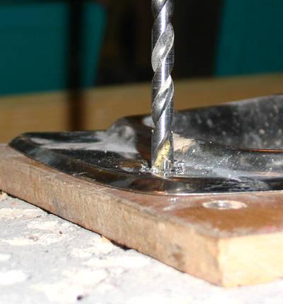 Bohren von Materialkombinationen (hier: Edelstahl, Holz, Stein)